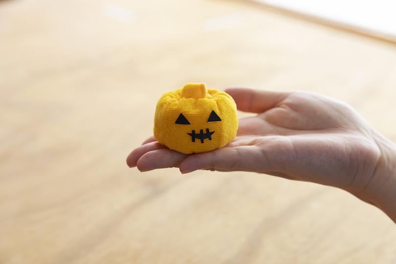 目、口のシールを付けたら、ハロウィンかぼちゃの完成
