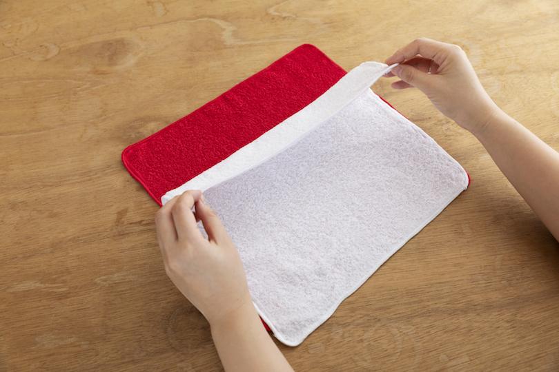赤いタオルを下にして重ねる