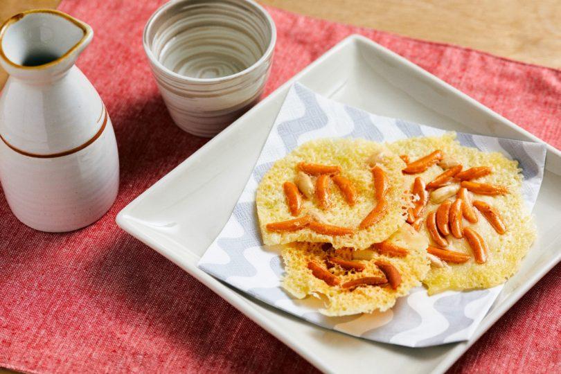タオル10枚たたむ間にできる!爆速おつまみレシピ 〜レンチンするだけ!柿の種チーズせんべい編〜