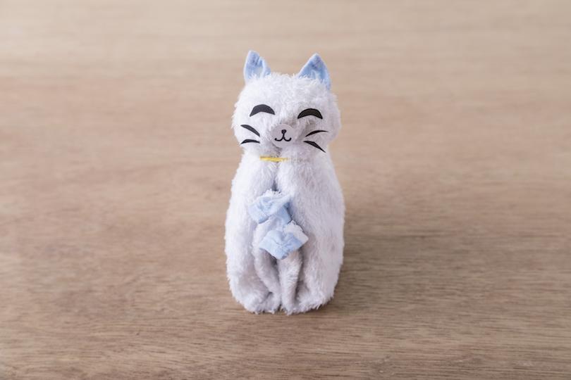 目と口をつければ、招き猫の完成