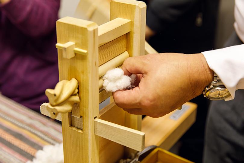『綿繰り機(わたくりき)』という木製の装置