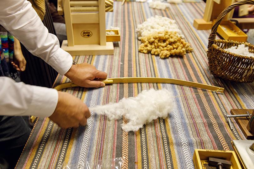 繊維の厚さを均質にする「弓うち」という作業