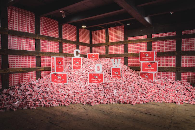 大小さまざまな赤箱に埋もれて撮影ができるフォトスポット
