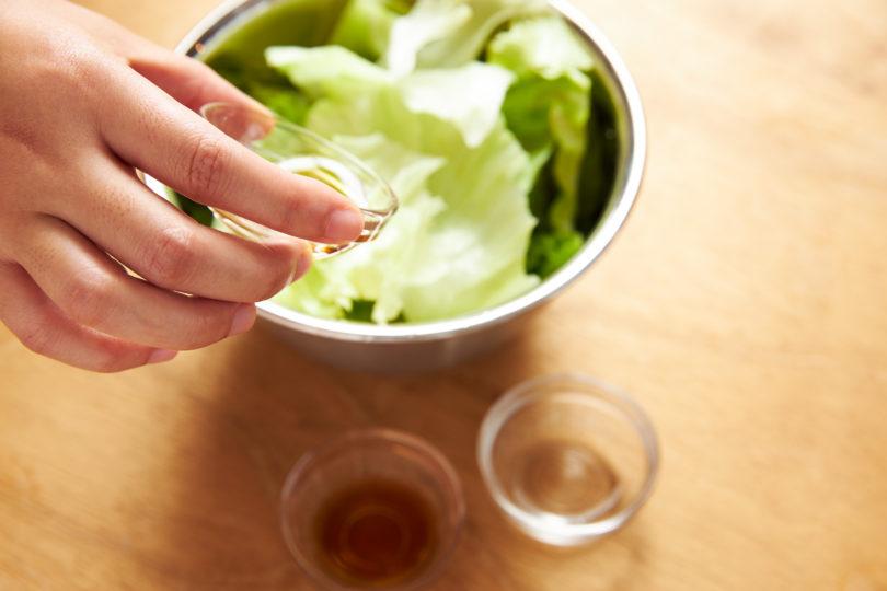 レタスにめんつゆ・酢・ごま油・塩を加える