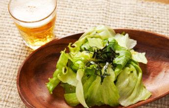 レタスのサラダとビール