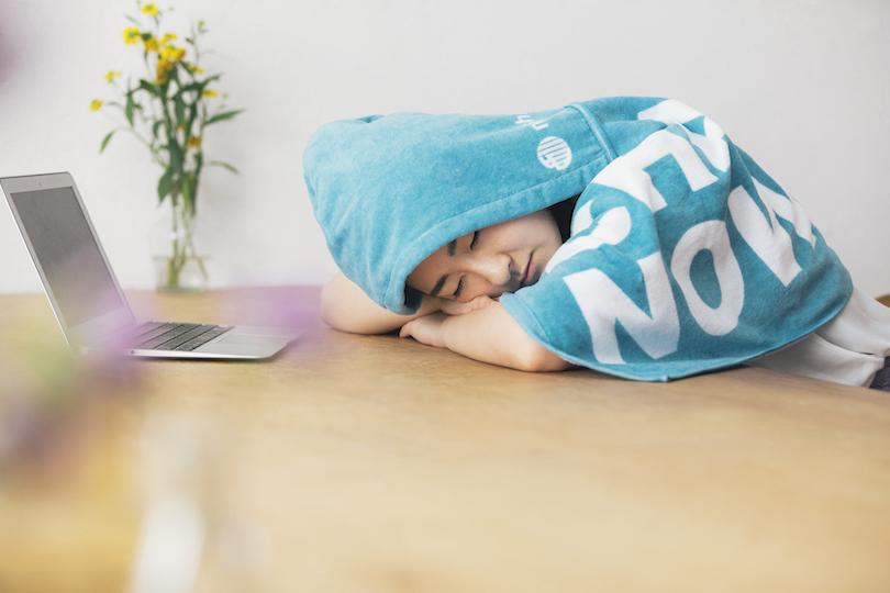 仮眠で効率アップ!「お昼寝」の効果と<お昼寝ブランケット>のご紹介
