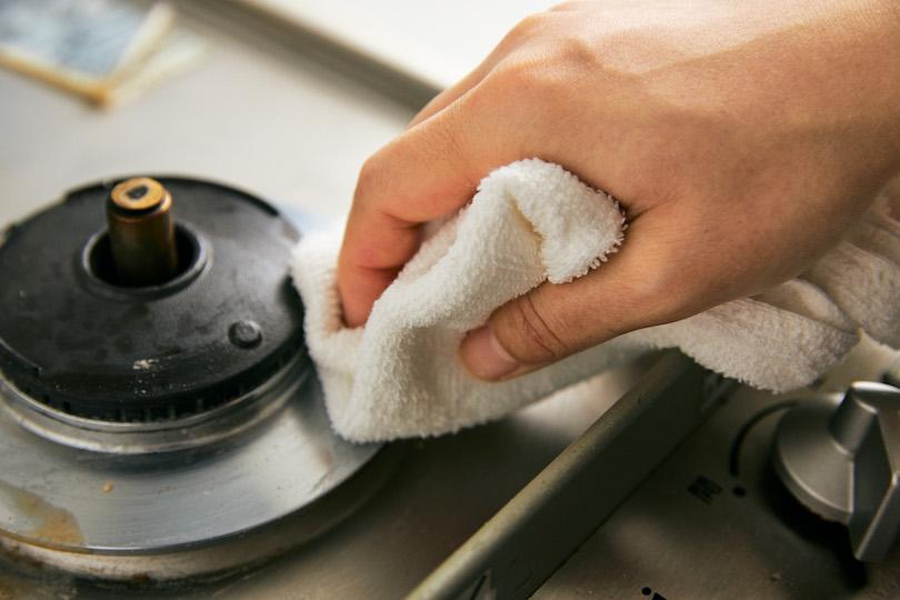 古いタオルで洗剤を拭き取る