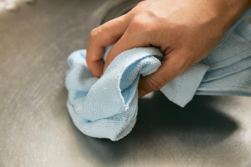 古いタオルで飛び散った水を拭き取る