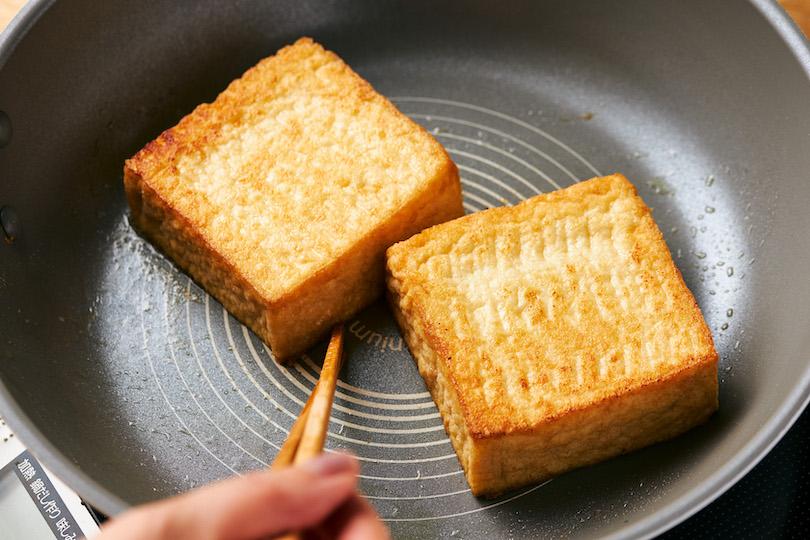 厚あげをバターで両面こんがりするまで焼く