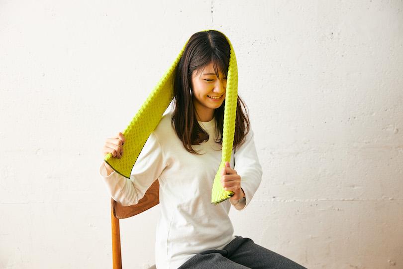 タオルを引っかけたら頭を上げ、頭の動きに逆らうようにタオルを下に引っ張る