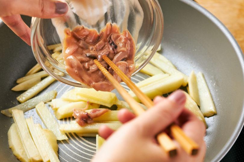 バターとじゃがいもを入れて軽く炒めたら、塩辛を入れてさらに炒める