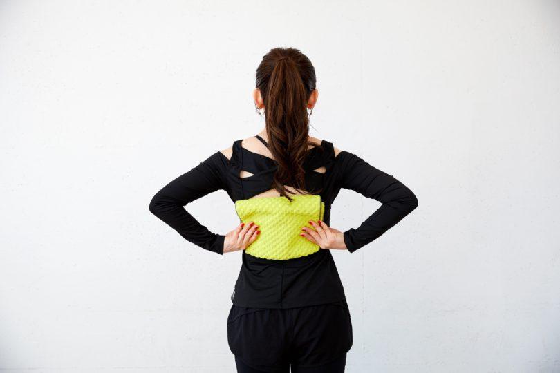 タオルを背中の幅くらいにたたみ、背骨の両側をおしりに向かってこすり下ろす