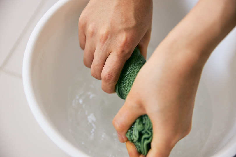 タオルを、ぬるま湯でキツめに絞ります。