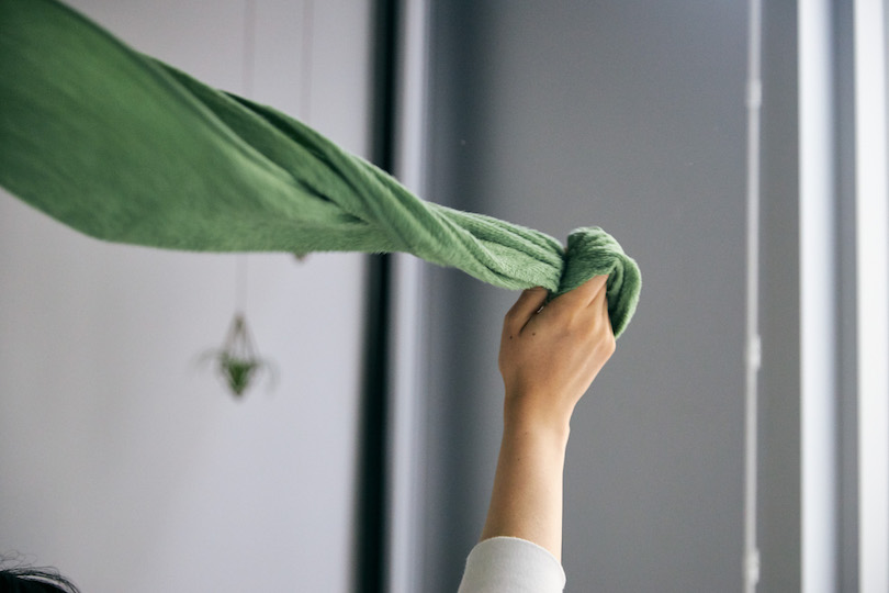 濡れたタオルを回すことで、空気中の匂いを吸着し消臭効果に期待できるんです!