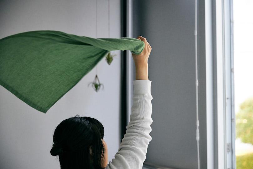 部屋を換気しながら、タオルをぐるぐる振り回します。