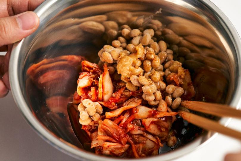 刻んだキムチ・納豆・焼肉のたれ・味噌・ごま油・味の素をよく混ぜ合わせます。