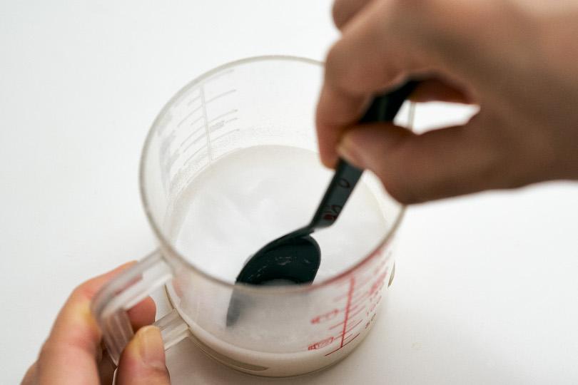 重曹と水を1:1で混ぜます。