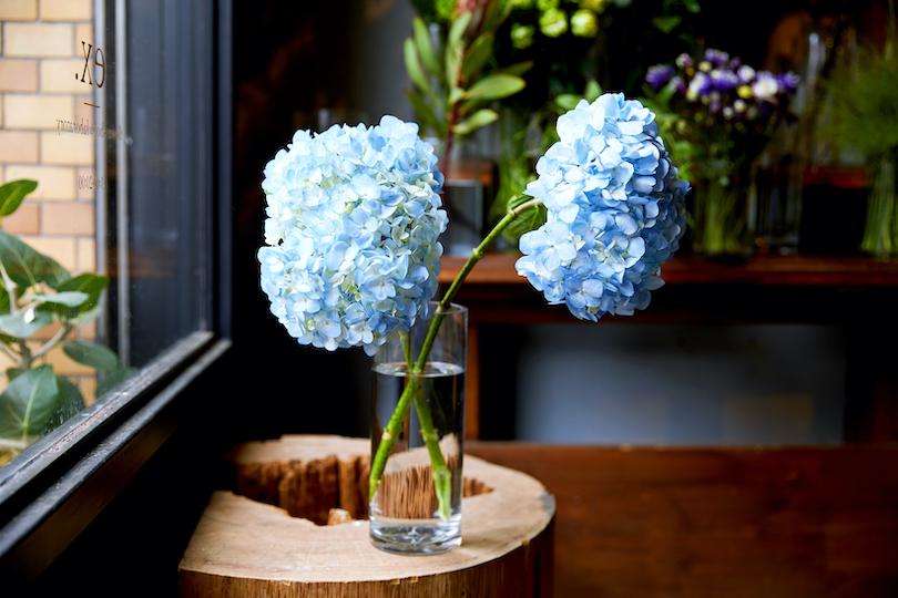 お気に入りの花瓶が一つあれば、それに対して花をどんなバランスで見せたいかを考える事が大切。