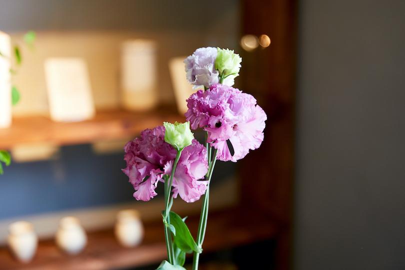 トルコキキョウは一本にいくつもの花が付いているので、ボリュームがあって華やかに飾れます。