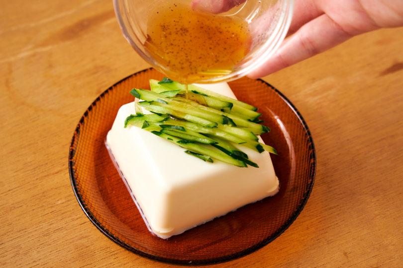 冷やした絹豆腐にきゅうりをのせて、ステップ2のタレをかけたらできあがり!