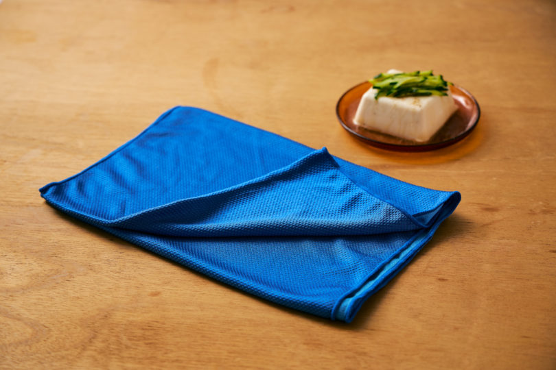 濡らして、絞って、振るとすぐに生地がひんやりする便利なタオル。
